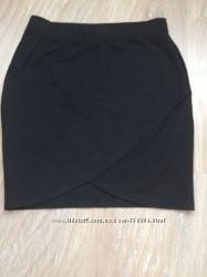 Фирменная трикотажная мини-юбка на запах.