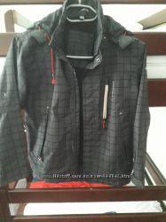 Куртка Ветровка р. 140 капюшон отстёгивается, на рукавах липучки