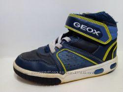 Cветящиеся демисезонные ботинки кроссовки GEOX размер 31 стелька 18. 5 см.