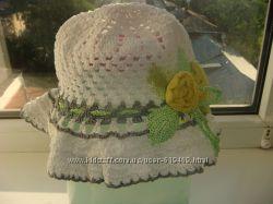 белая вязанная шапочка с цветком