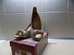 Шикарные бежевые туфли с открытым носком