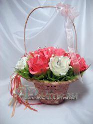 Корзина персиковых роз с конфетами.