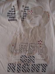 Красивая футболка поло молочного цвета с интересным принтом