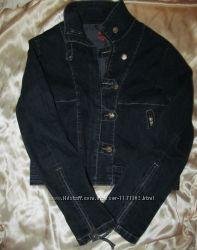Темно-синяя джинсовая курточка.