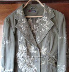 курточка с красивой вышивкой р-р М