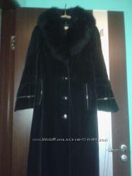 Бархатное пальто с меховым воротником