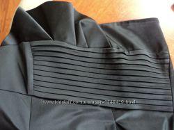 Черное атласное платье без рукавов
