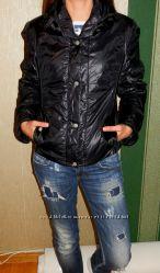 Демисезонная черная куртка с красиво отделанными рукавами, S- M