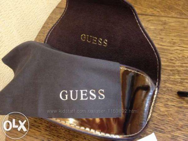 Крутые солнцезащитные очки от Guess в чёрной и белой оправах