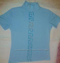 Ярко-голубая футболка с орнаментом.