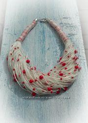Колье из белого льна и красных бусинок и бисера.