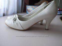 Туфельки белые на  каблучке
