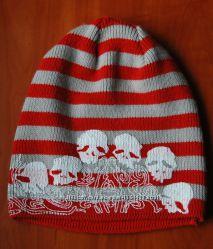Полосатая шапка с черепами