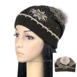 Женская шапка с рисунком снежинка коричневая и черная