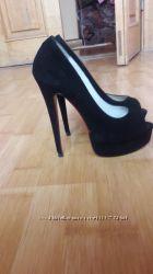 Туфли з красною підошвою