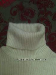 Тёплый белый свитерок-гольф для девочки.
