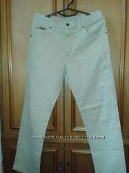 Фирменные бежевые джинсы Wrangler.