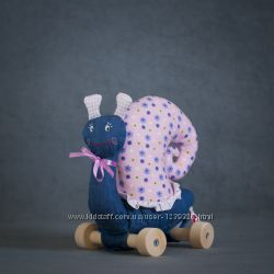 Мягкая игрушка Улитка джинсовая на колесиках