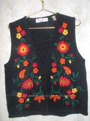 Продам вязаную жилетку с яркими вязаными цветами.