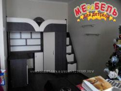 Детская кровать-чердак с рабочей зоной, угловым шкафом, тумбой и лестницей