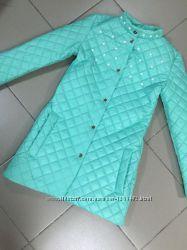 Стильное стеганное пальто на синтепоне с жемчугом. Ментол и красный