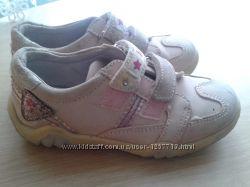 Продам туфлі кросівки для дівчинки 28 р.