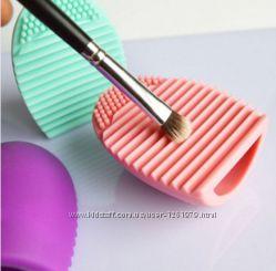 Щётка egg brush для мытья косметических кистей