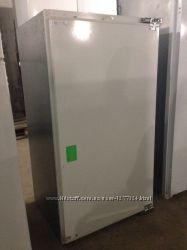 Холодильник встраиваемый BOSCH с морозильной камерой.