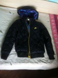 Черная курточка фирмы Nike