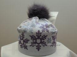 Шапка снежинки с помпоном цвета на фото